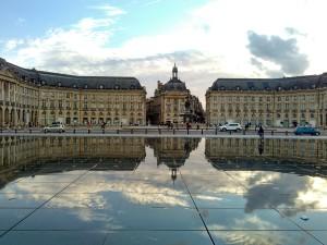 Čelní pohled na Place de la Bourse